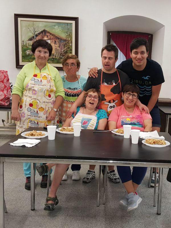 Arroz frito al estilo cantonés en el taller de cocina del centro de ocio de Apdema en Llodio